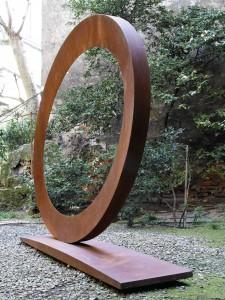 Mauro Staccioli (born in Volterra in 1937), Ellisse, 2008, Corten steel, 195 x 252 x 48 cm, erzielter Preis € 204.300