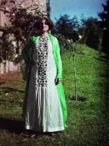 Emilie Flöge in einem Reformkleid im Garten der Villa Paulick in Seewalchen am Attersee