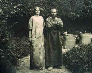 Gustav Klimt im Malerkittel und Emilie Flöge im Reformkleid im Garten der Villa Oleander in Kammer am Attersee