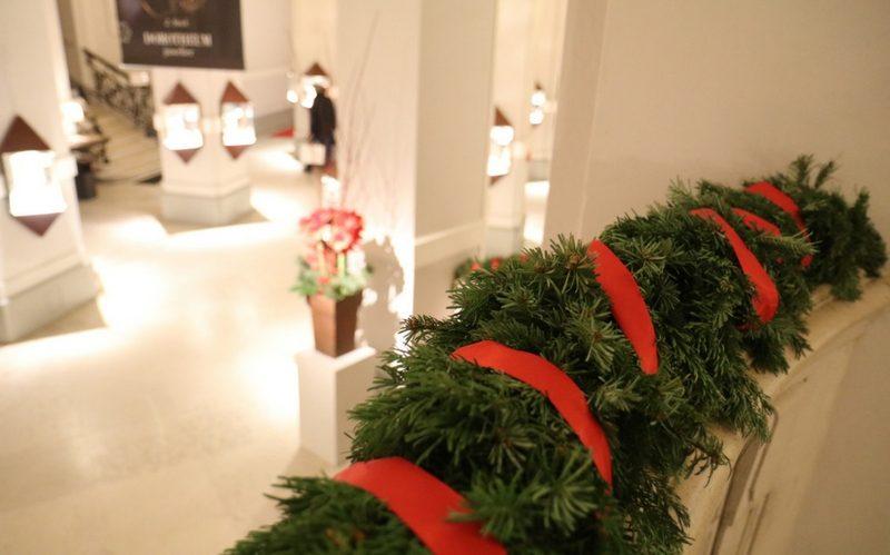 Weihnachtsgeschenke im Dorotheum: Eingangshalle in Weihnachtsdeko