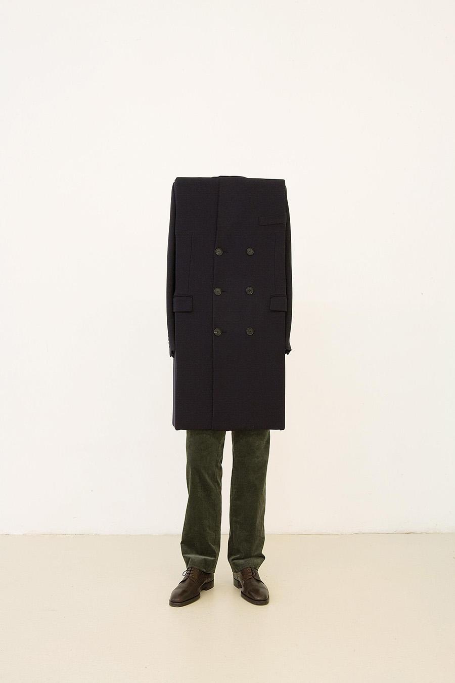 Erwin Wurm, Ohne Titel, 2008, zu der Serie Hermes, Unikat, Holz, Acryl, Textil, 157 x 44 x 22 cm, erzielter Preis € 75.000