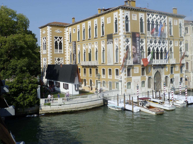 Erwin Wurm, Narrow House, 2010, mixed media Foto: Studio Erwin Wurm, Courtesy: La Biennale di Venezia, Palazzo Cavalli Franchetti, Venedig, Italien