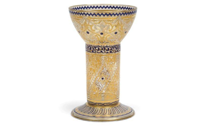Dieser Becher besticht durch seine orientalischen Verzierungen.