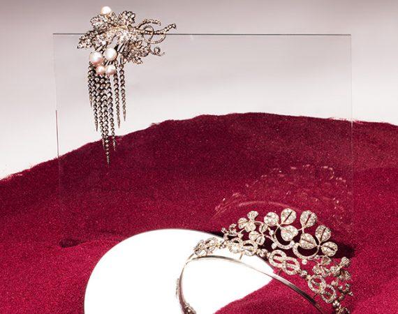 Diadem und Brosche aus dem Haus Savoyen in rotem Sand