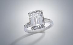 Bulgari Diamantring 6,03 ct, Platin 950, Diamant im Smaragdschliff 6,03 ct, zwei Diamanten im Trapezschliff zus. ca. 0,40 ct, Ringschiene signiert Bulgari, 5,3 g, RW 51, Etui, GIA Gutachten von 2019 liegt bei, Schätzwert € 200.000 – 300.000