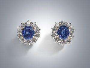 Cartier Saphir-Brillant-Ohrclips, Platin 950, Brillanten zus. ca.4 ct, Saphire zus. ca. 8,50 ct, Schätzwert € 18.000 – 25.000