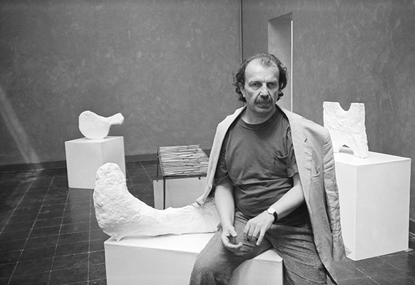 Franz West in his exhibition, Austrian Pavilion, XLIV Esposizione Internazionale d'Arte, La Biennale di Venezia, Venice, 1990 © Kronen Zeitung / Gino Molin-Pradel, © Archiv Franz West © Estate Franz West, Courtesy Franz West Privatstiftung