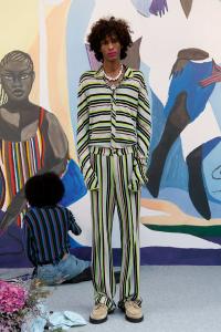 Kenneth Izes Frühjahr/Sommerkollektion 2021 vor Gemälden von Maty Biayenda. © Foto: Julian Poropatich