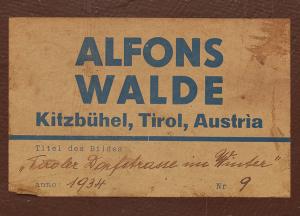 """Beispiel für einen Klebezettel """"Alfons Walde Kitzbühel, Tirol Austria"""" mit handschriftlichem Titelvermerk des Künstlers """"Tiroler Dorfstrasse im Winter 1934""""."""