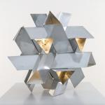 Constantin Flondor (SIGMA Group) Knoten, dreieckige Prismen, 1974, Aluminium 50 x 50 cm, Foto: mumok © Constantin Flondor/Sammlung Georg Lecca, München