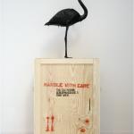 Mark Dion, The Tar Museum – Flamingo, 2006, Transportkiste aus Holz, Teer, Flamingoattrappe, Österreichische Privatsammlung, Courtesy Georg Kargl Fine ArtsCourtesy Mark Dion and Georg Kargl Fine Arts, Vienna
